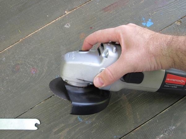 Фиксация шпинделя УШМ с помощью кнопки
