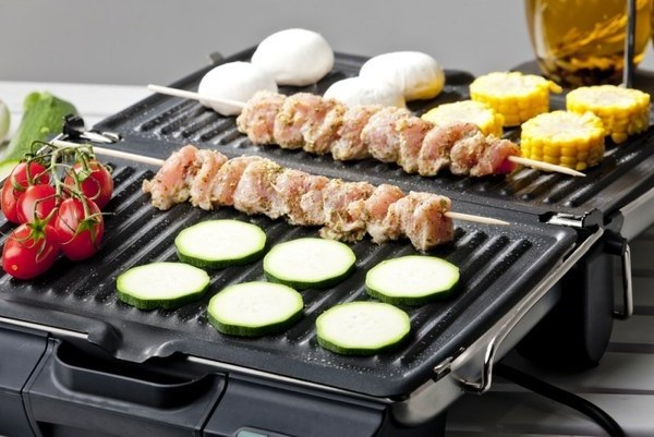 Мясо и овощи в электрогриле