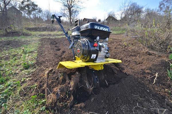 Мотоблок рыхлит землю