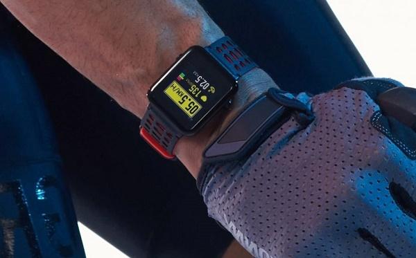 Часы на руке у велосипедиста