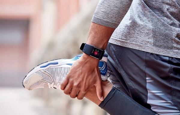 Часы на руке у спортсмена