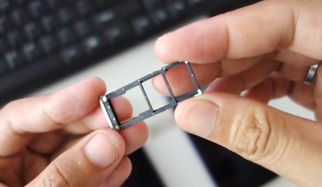 Слот под карту памяти и сим-карты