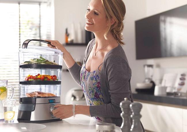 Девушка готовит в пароварке