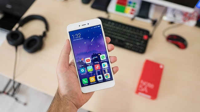 Xiaomi Redmi Note 5a в руке