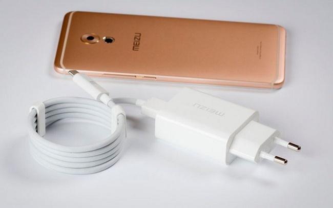 Телефон с зарядным устройством