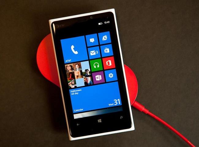 Nokia Lumia 920 на зарядке