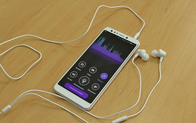 Смартфон и наушники