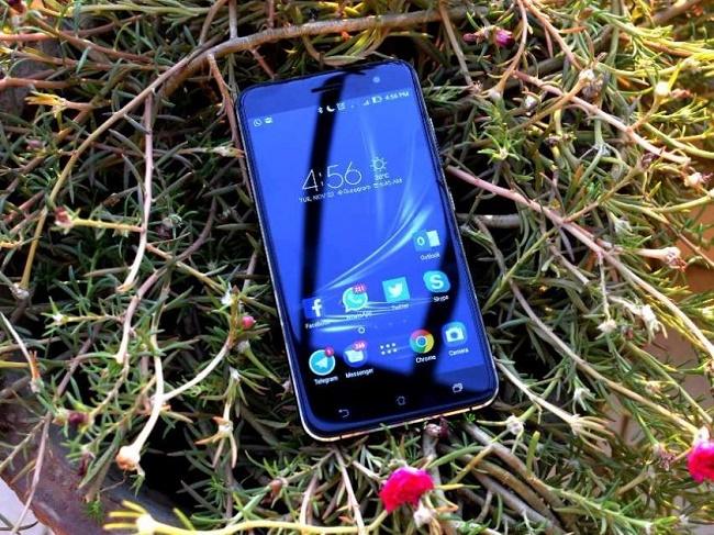Смартфон на траве