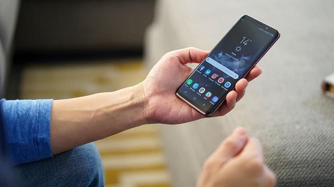 Samsung Galaxy S9 в руке