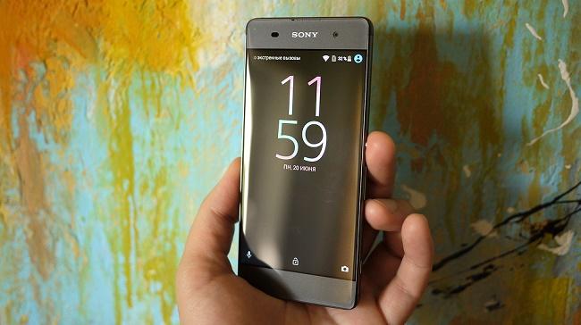 Sony Xperia XA в руке