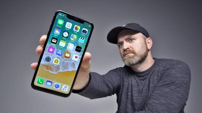 Apple iPhone XS Max в руке