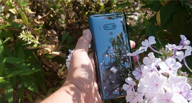 HTC U12 plus в руках