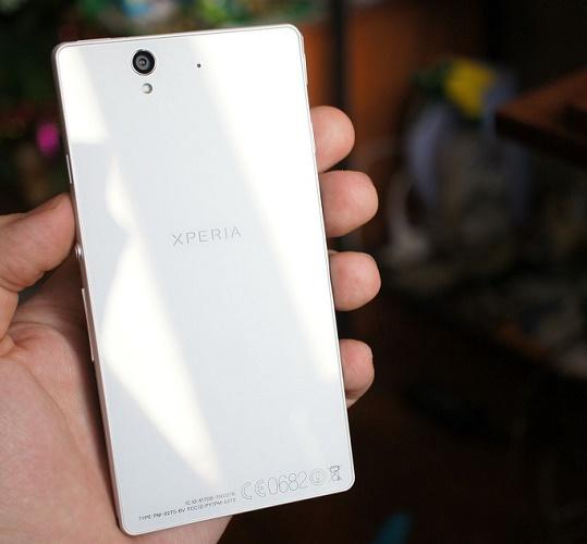 Белый смартфон