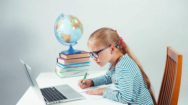 Ноутбук и школьница