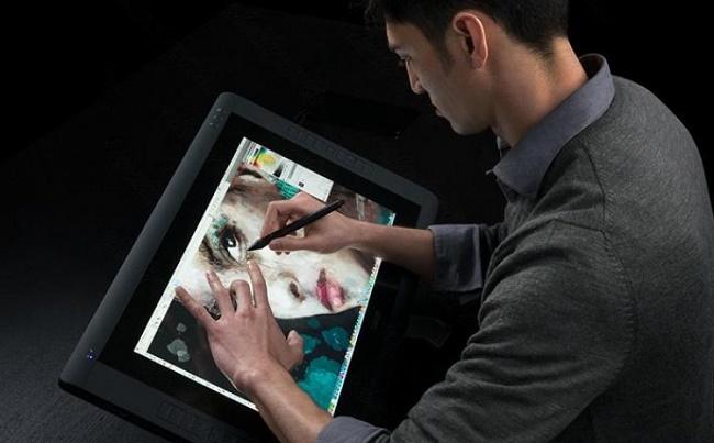 Мужчина с графическим планшетом