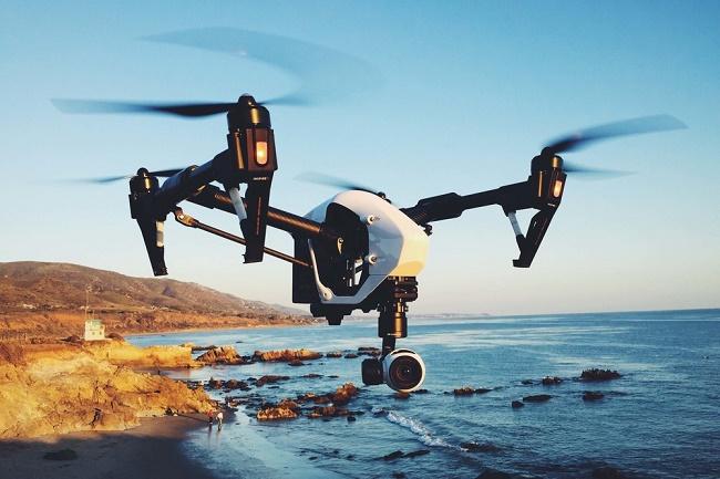 Квадрокоптер над морем