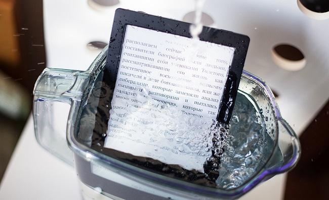 Электронная книга в воде