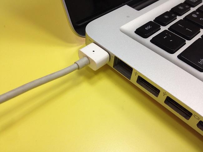 ноутбука apple стоит на зарядке