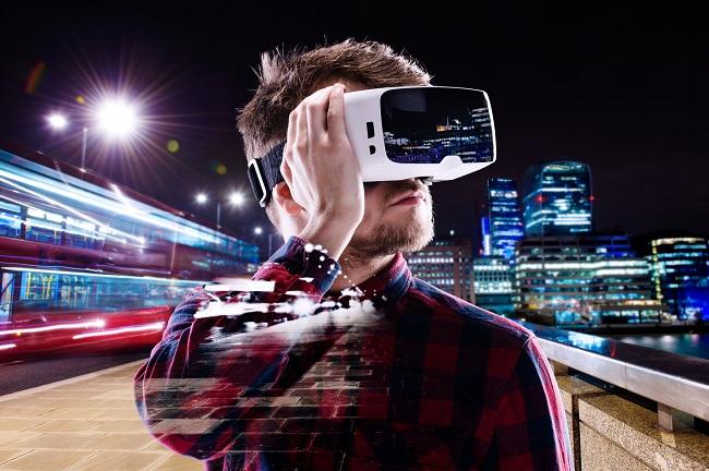 Мужчина с виртуальными очками