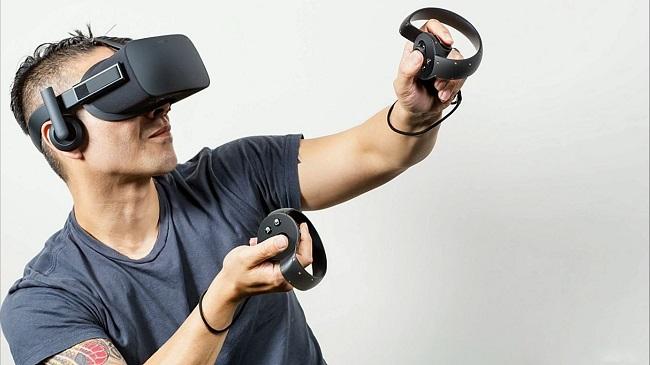 Мужчина управляет виртуальными очками