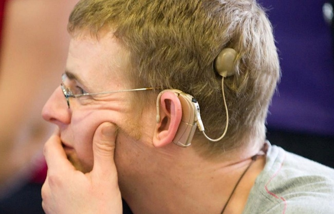 Слуховой аппарат на голове мужчины