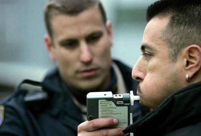 Милиционер с алкотестером