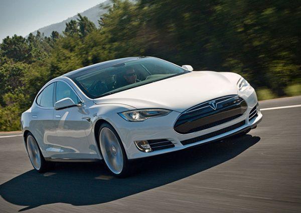 Теперь автомобиль Tesla сможет сам выехать с парковки