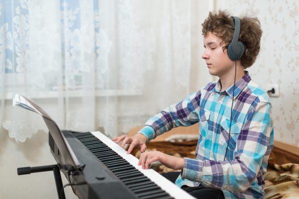 Подросток за синтезатором
