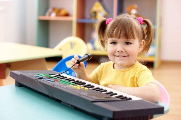 Малышка с синтезатором