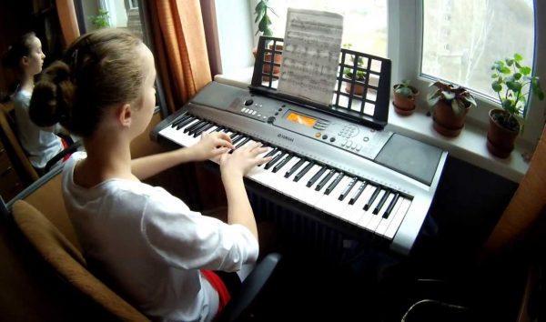 За игрой на синтезаторе