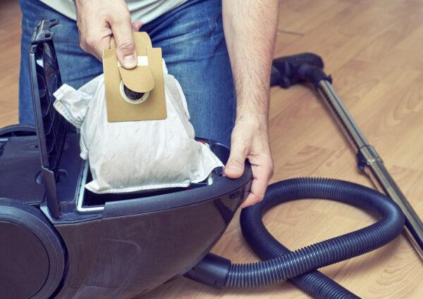 Достать мешок для сбора пыли из пылесоса