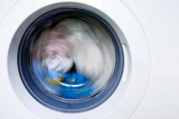 белье крутится в стиральной машине