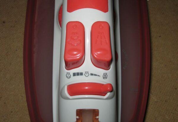 кнопки подачи пара и воды на утюге