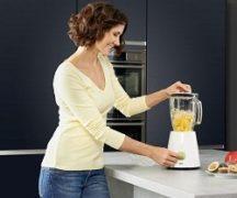 Девушка на кухне с блендером