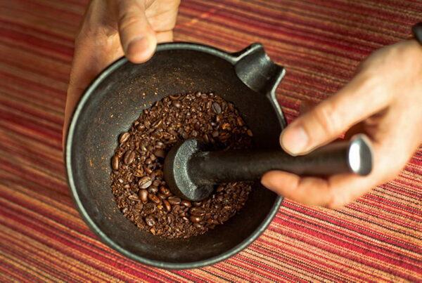 измельчение кофе в ступке