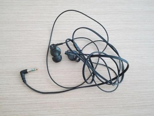 Запутанные провода наушников