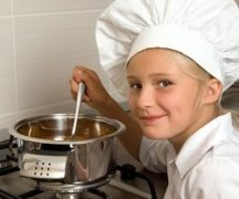 Девочка готовит на плите