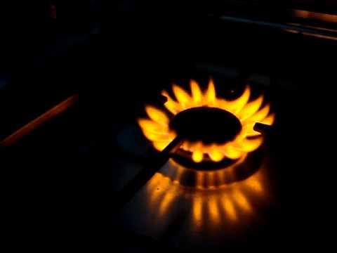 желтое пламя газовой плиты