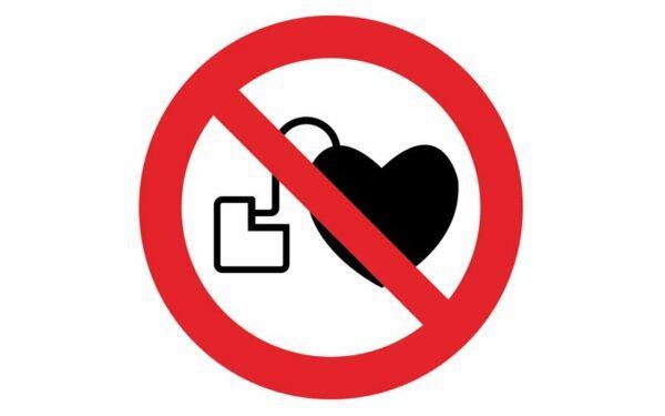 значок с кардиостимулятором нельзя
