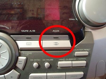 Кнопка AUX на музыкальном центре