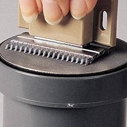 Когда необходимо точить ножи для машинки для стрижки волос? Как наточить ножи на машинке для стрижки при помощи болгарки, наждачной бумаги, на станке?