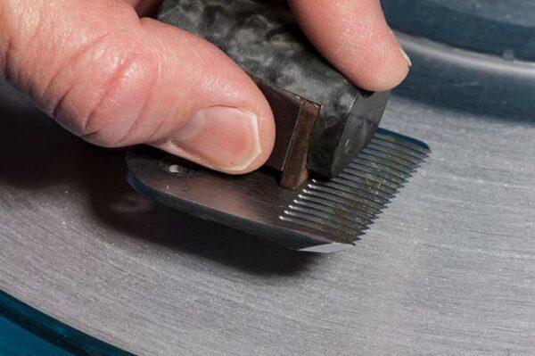 Заточка лезвий на машинке для стрижки волос