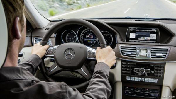 Руки водителя и руль