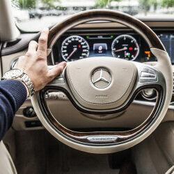 Автомобиль Mercedes снабдят системой слежения за руками водителя