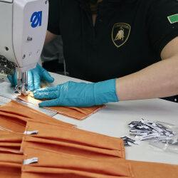 Сотрудники Lamborghini шьют медицинские маски