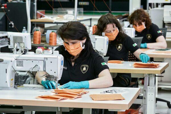 Сотрудники Lamborghini шьют
